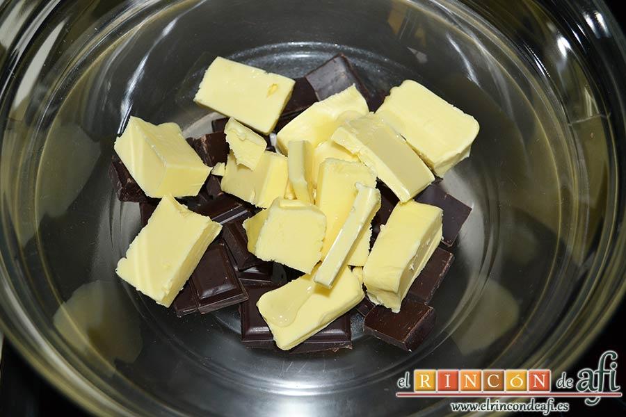 Tarta de chocolate negro y mousse de frambuesa, fundir el chocolate con mantequilla y un poco de almíbar al baño María