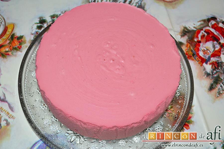 Tarta de chocolate negro y mousse de frambuesa, poner sobre la bandeja de presentación y retirar el papel de horno