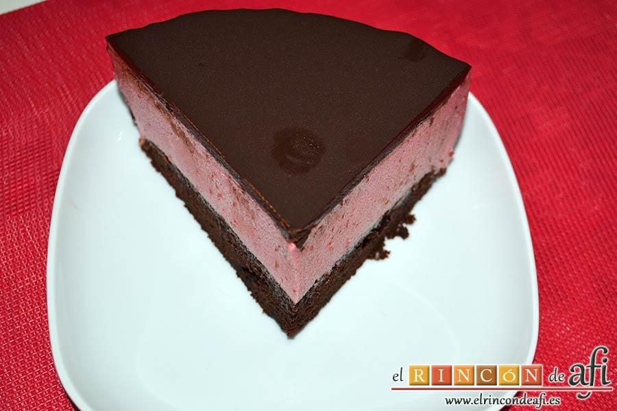 Tarta de chocolate negro y mousse de frambuesa, sugerencia de presentación