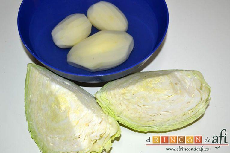 Col a la gallega, limpiar bien la col y pelar las papas