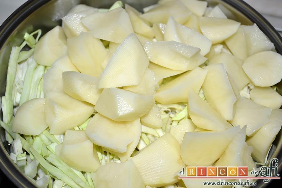 Col a la gallega, añadir las papas al caldero y añadir agua hasta mitad del caldero y un puñado de sal gorda