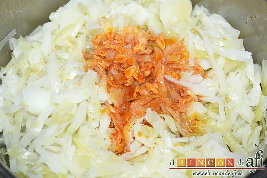 Col a la gallega, añadir la salsa y mezclar bien