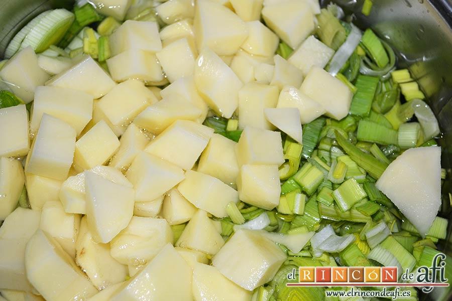 Crema de puerros con espárragos trigueros, añadir las papas