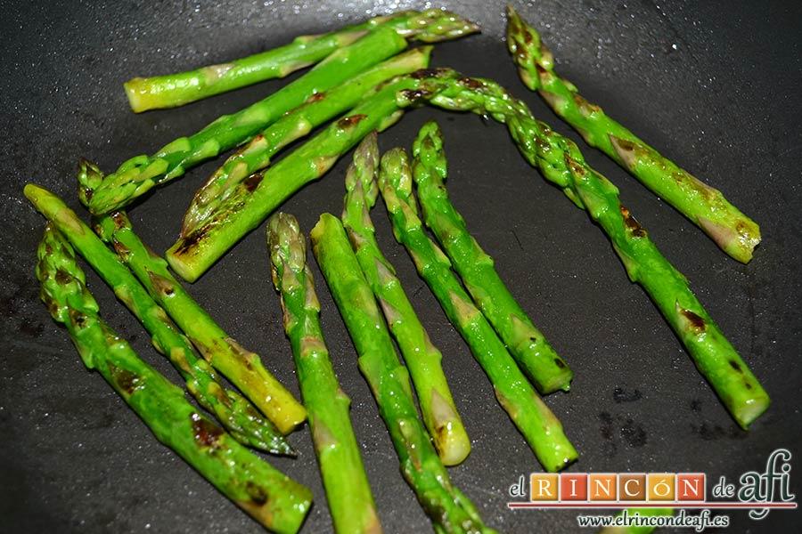 Crema de puerros con espárragos trigueros, saltearlos en una sartén con un poco de aceite de oliva