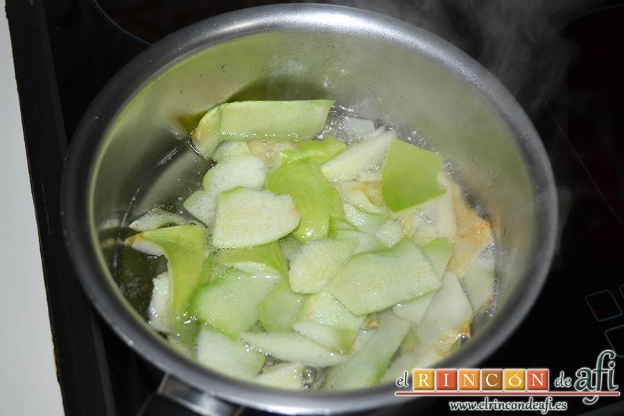 Hojaldre con crema pastelera y manzana, pelar las manzanas y ponemos las peladuras con el agua y el azúcar en un cazo para hacer un almíbar