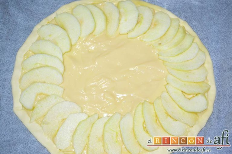 Hojaldre con crema pastelera y manzana, colocar las manzanas sobre la crema
