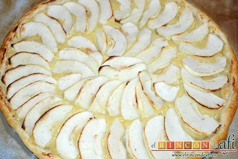 Hojaldre con crema pastelera y manzana, hornear y dejar atemperar