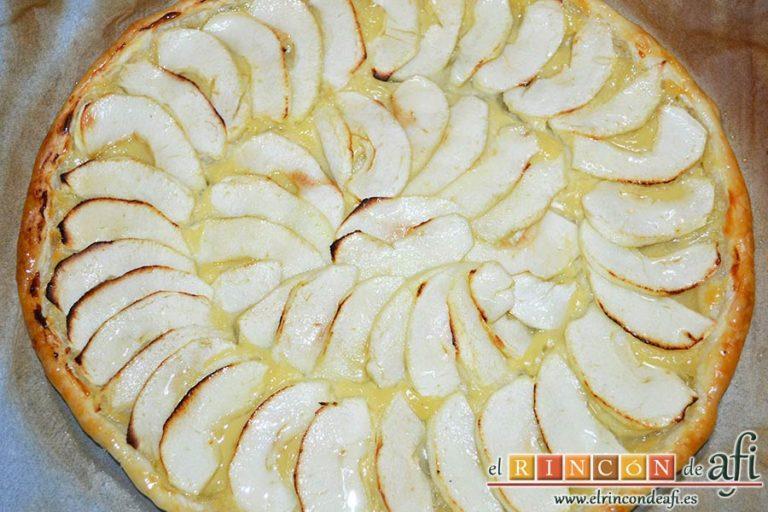 Hojaldre con crema pastelera y manzana, pintar la superficie con el almíbar de las manzanas