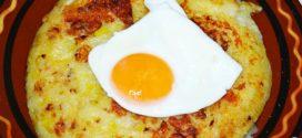 Rösti de puerros y queso con huevos fritos