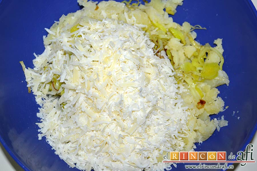 Rösti de puerros y queso con huevos fritos, añadirlo al bol de las papas y el puerro