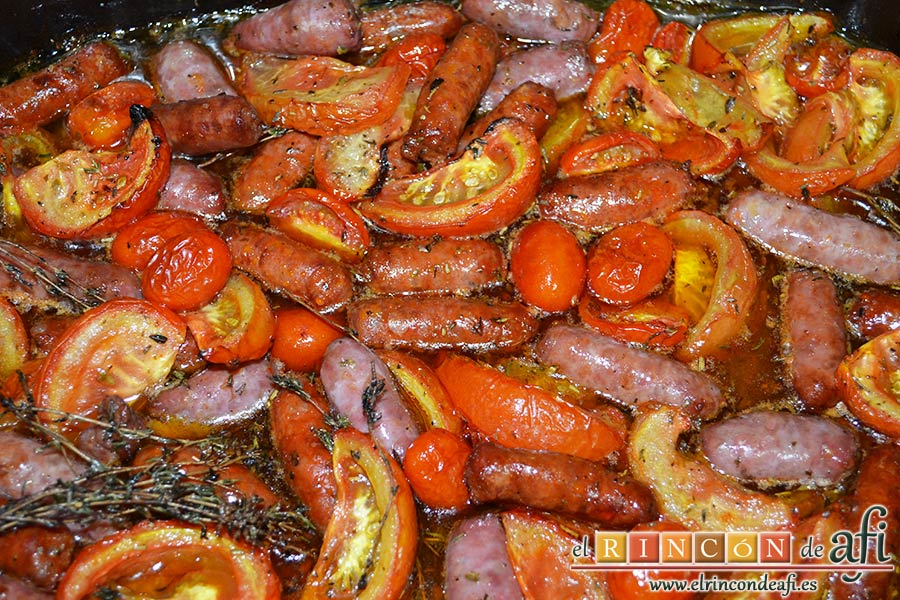 Salchichas al horno con tomate y hierbas, remover bien y hornear 20 minutos más