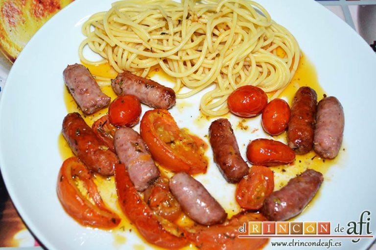 Salchichas al horno con tomate y hierbas, sugerencia de presentación