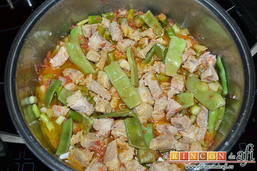 Arroz con costilla de ternera blanca, judías verdes, ajos tiernos y espárragos trigueros, mezclar todo bien y dejar rehogar unos minutos
