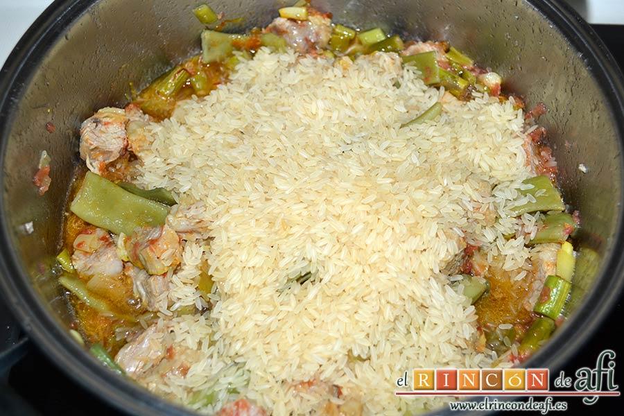 Arroz con costilla de ternera blanca, judías verdes, ajos tiernos y espárragos trigueros, añadir el arroz