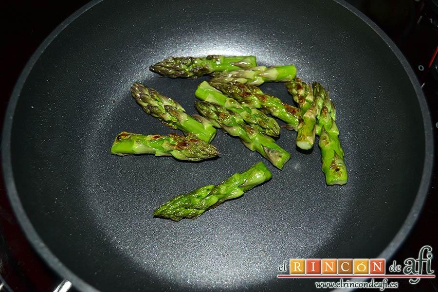 Arroz con costilla de ternera blanca, judías verdes, ajos tiernos y espárragos trigueros, rehogar las yemas de los espárragos