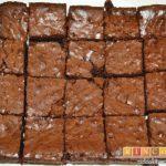 Brownies con trozos de chocolate derretido