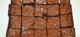 Brownies con trozos de chocolate derretido