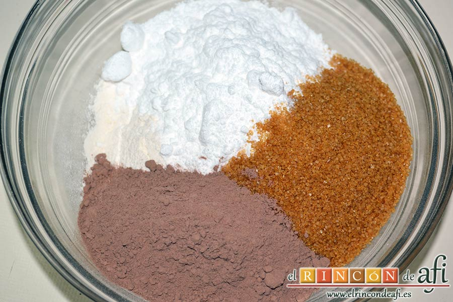 Brownies con trozos de chocolate derretido, poner en un bol amplio los ingredientes secos
