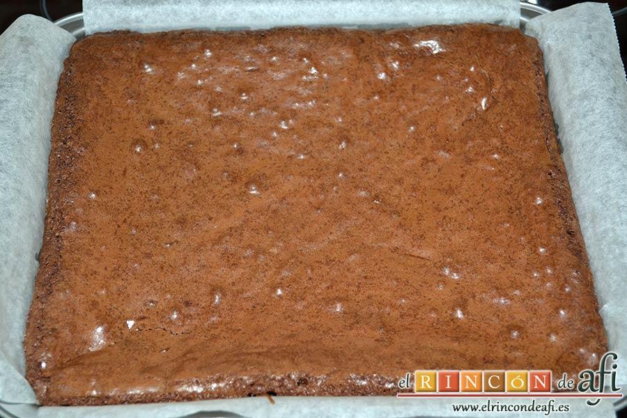 Brownies con trozos de chocolate derretido, hornear y comprobar con palito que está hecho