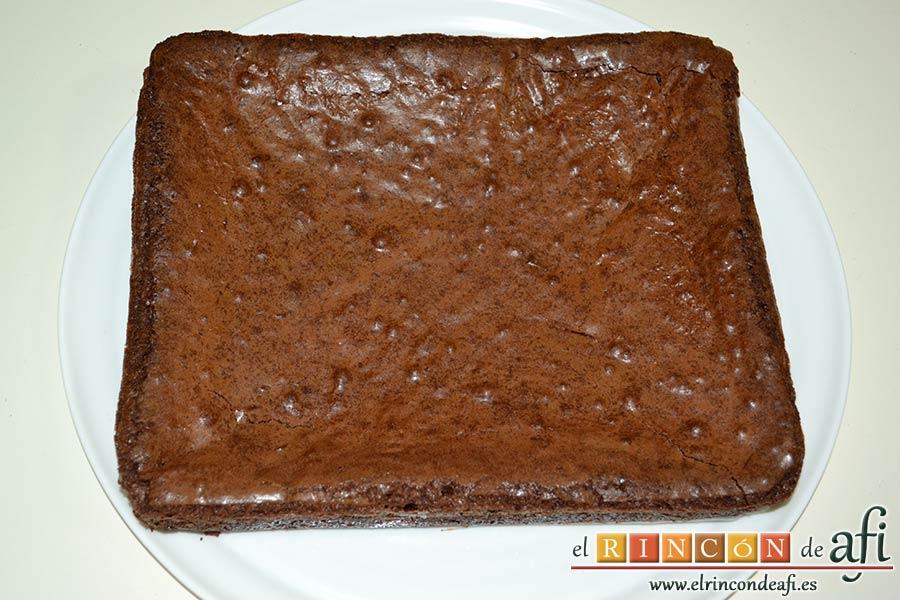 Brownies con trozos de chocolate derretido, esperar a que se enfríe para desmoldar