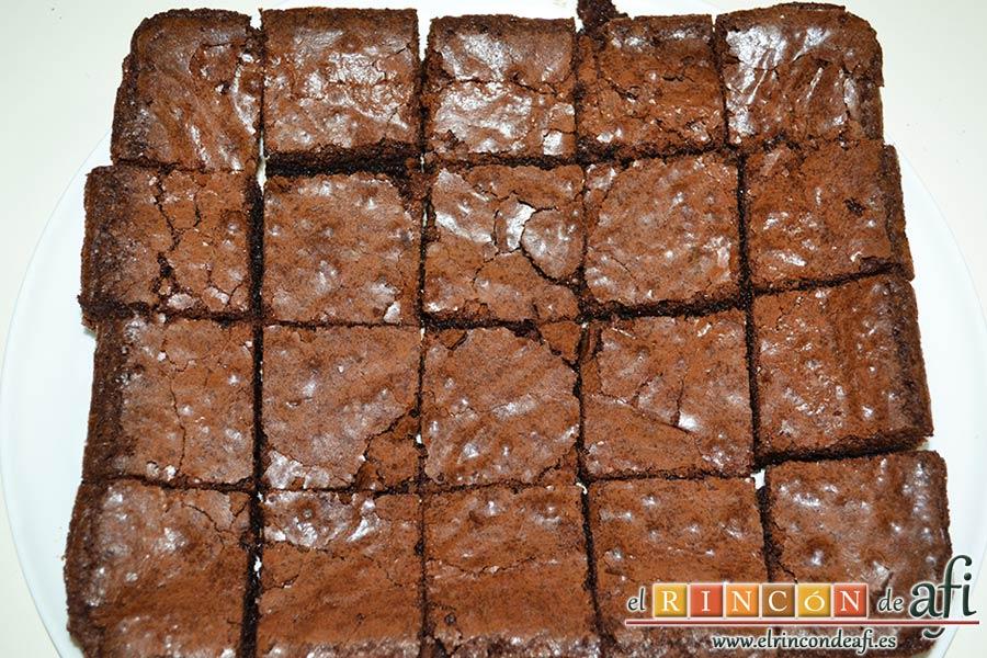 Brownies con trozos de chocolate derretido, servir troceado