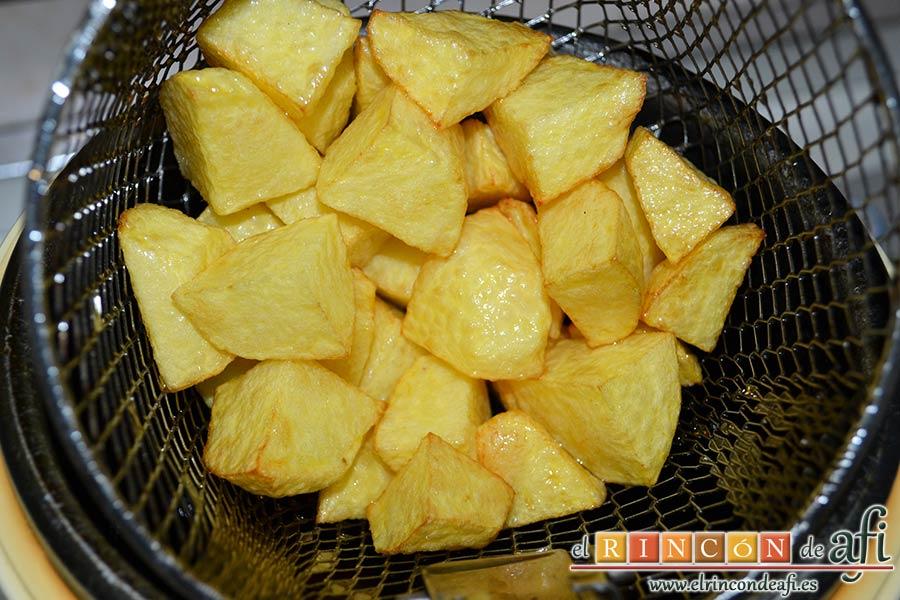 Empanado de cerdo con salsa de champiñones, pelar y cortar las papas para freírlas