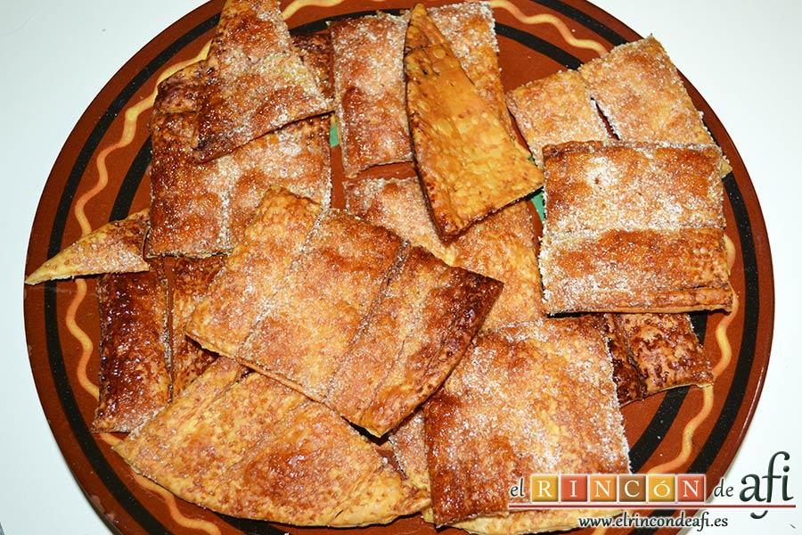 Hojaldre con crema pastelera y fresas, separar los trozos horneados