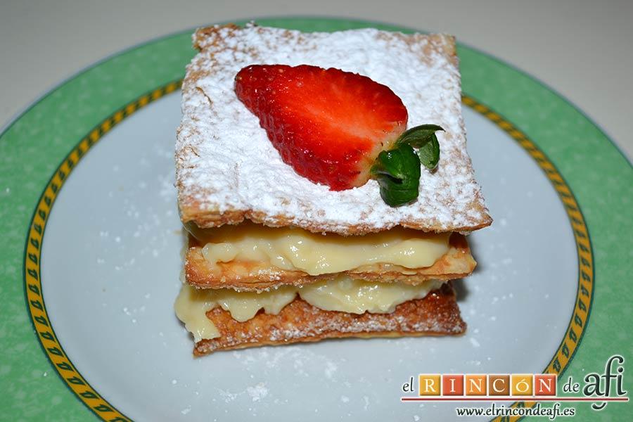 Hojaldre con crema pastelera y fresas, decorar con una fresa en láminas
