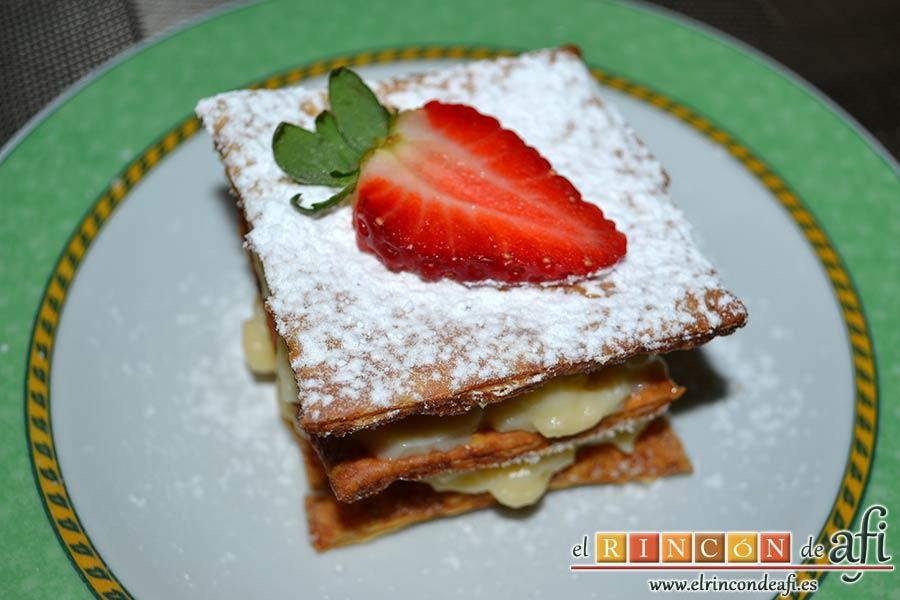 Hojaldre con crema pastelera y fresas, sugerencia de presentación