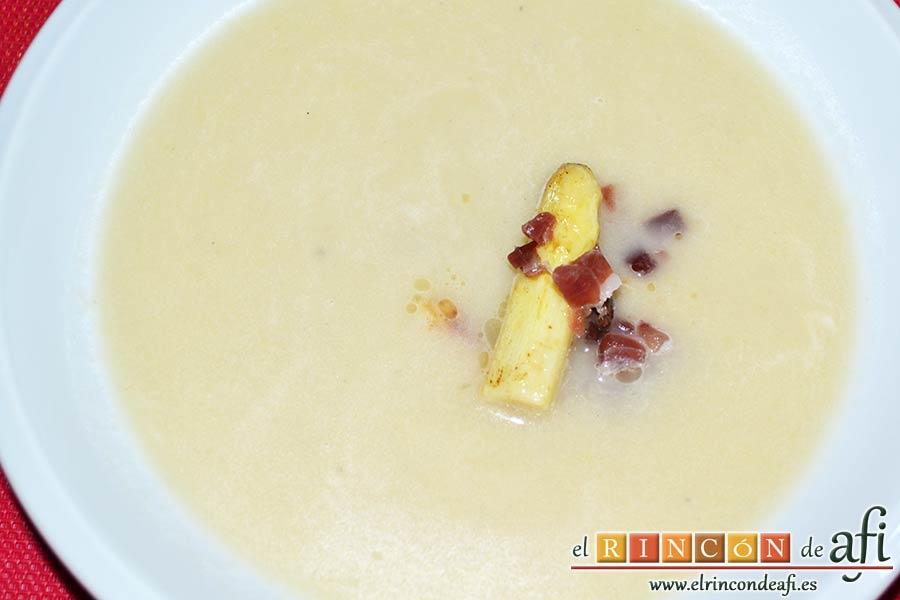 Sopa de espárragos blancos con puerro y cebolla, sugerencia de presentación