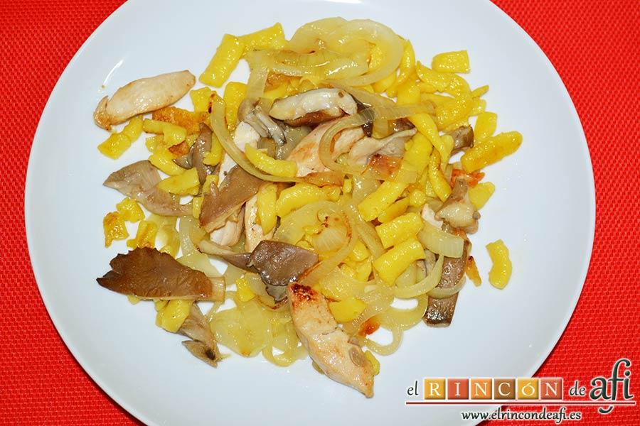 Spätzli con cebollas, setas de cardo y pechugas de pollo