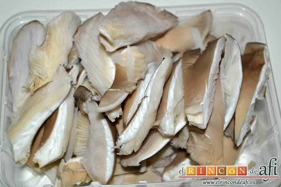 Spätzli con cebollas, setas de cardo y pechugas de pollo, trocearlas en trozos de bocado