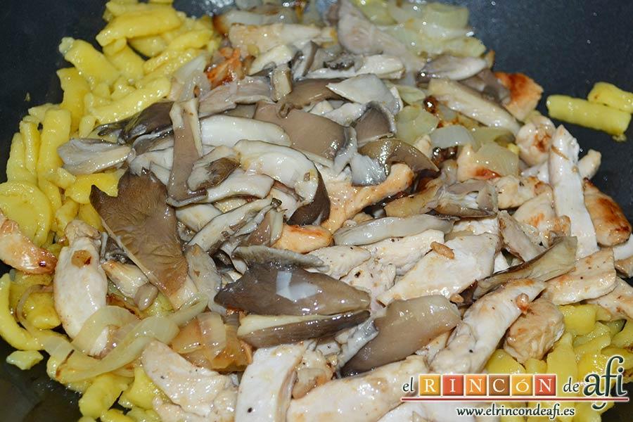 Spätzli con cebollas, setas de cardo y pechugas de pollo, verter donde están los spätzli y mezclar bien