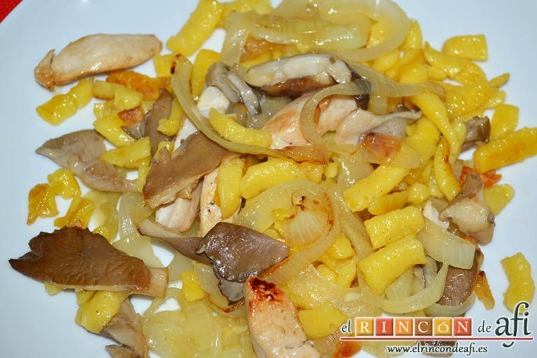 Spätzli con cebollas, setas de cardo y pechugas de pollo, sugerencia de presentación