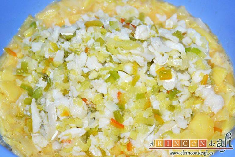 Tortilla de bacalao y puerros, echarlo al bol de las papas y los huevos batidos