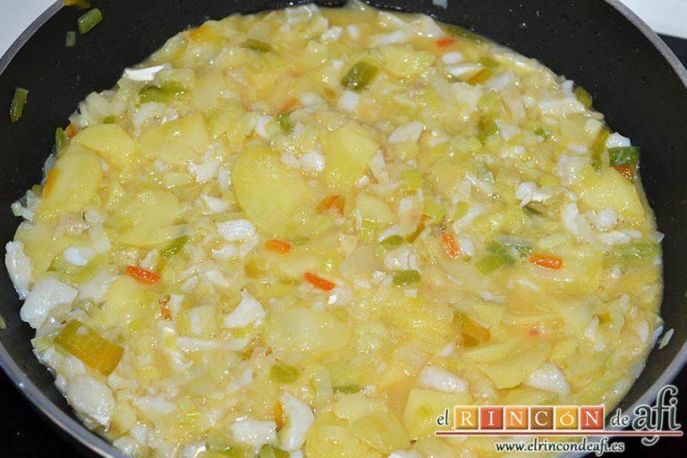 Tortilla de bacalao y puerros, engrasar una sartén antiadherente y verter la mezcla