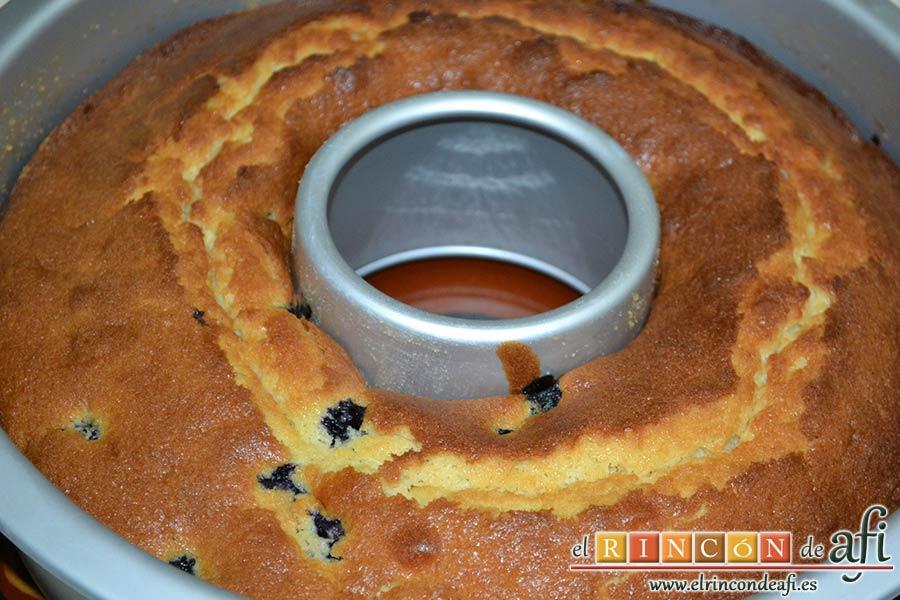 Bizcocho de arándanos con queso mascarpone, hornear hasta que esté hecho