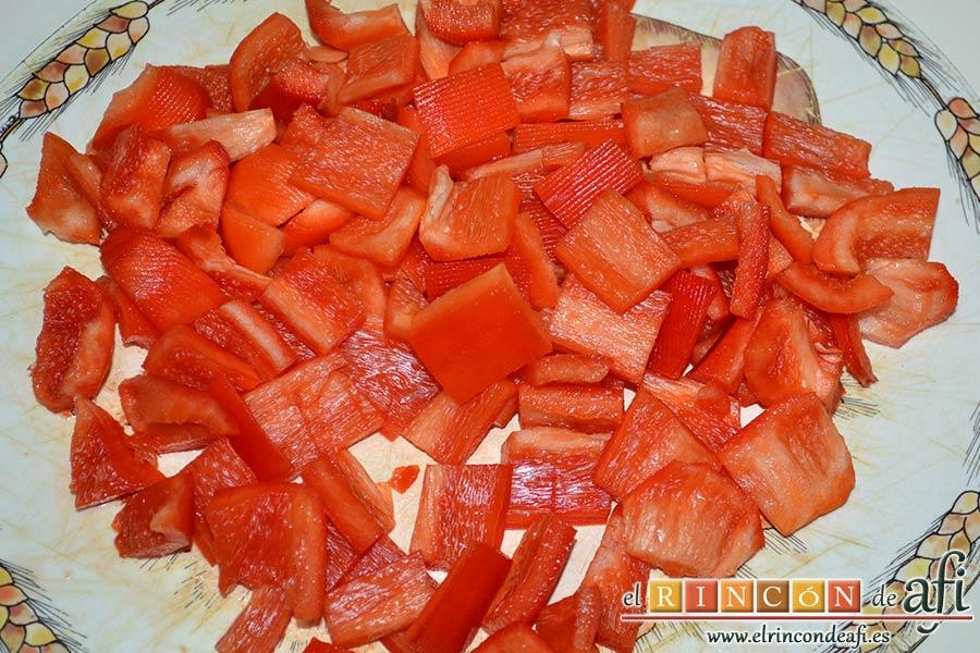 Bocados de calabacín, jamón y queso con salsa casera de pimiento, picar el pimiento rojo pelado en cuadraditos