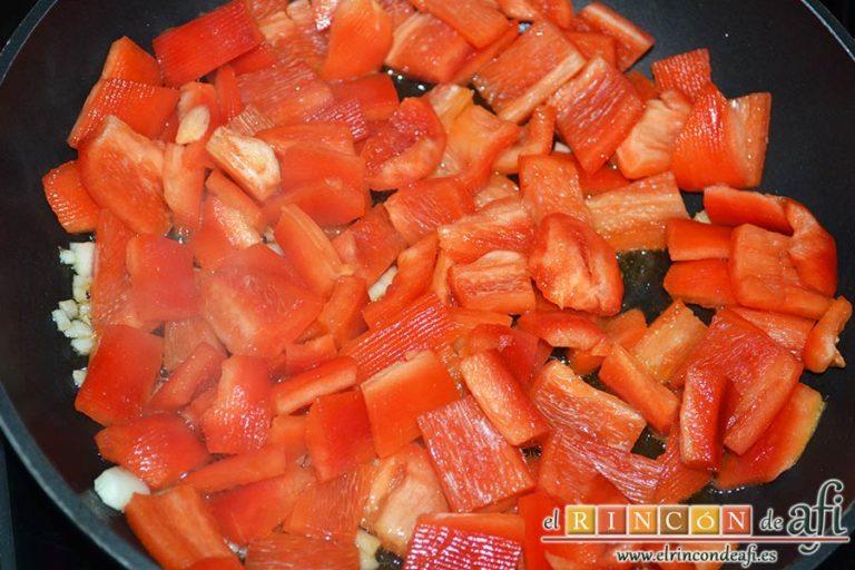 Bocados de calabacín, jamón y queso con salsa casera de pimiento, cuando estén dorados añadir los pimientos