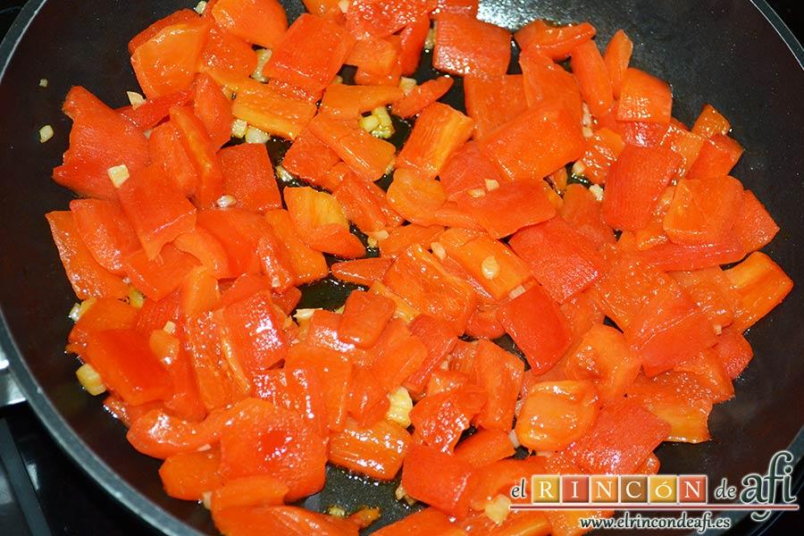 Bocados de calabacín, jamón y queso con salsa casera de pimiento, sazonar bien y rehogar