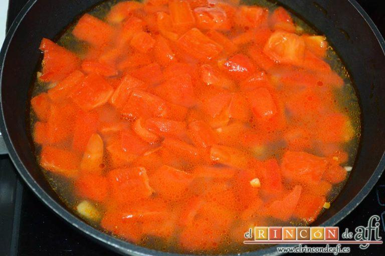 Bocados de calabacín, jamón y queso con salsa casera de pimiento, añadir un poco de agua y dejar reducir