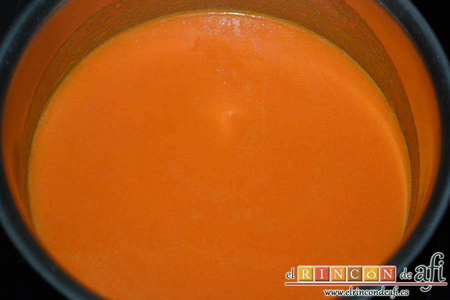 Bocados de calabacín, jamón y queso con salsa casera de pimiento, una vez triturada pasar la salsa a un caldero