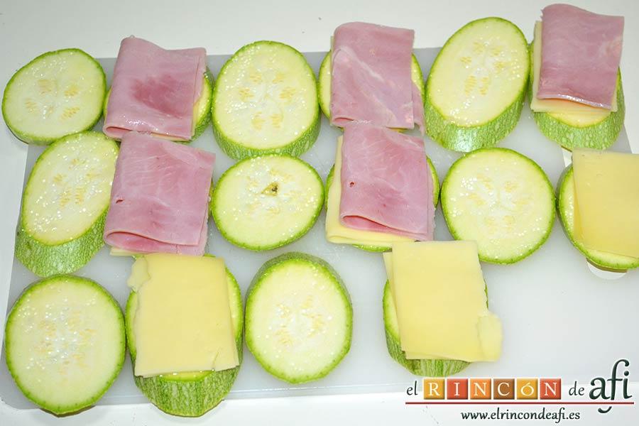 Bocados de calabacín, jamón y queso con salsa casera de pimiento, cortarlas para ponerlas sobre las rodajas de calabacín