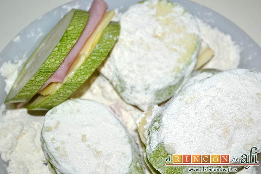 Bocados de calabacín, jamón y queso con salsa casera de pimiento, pasarlos por harina