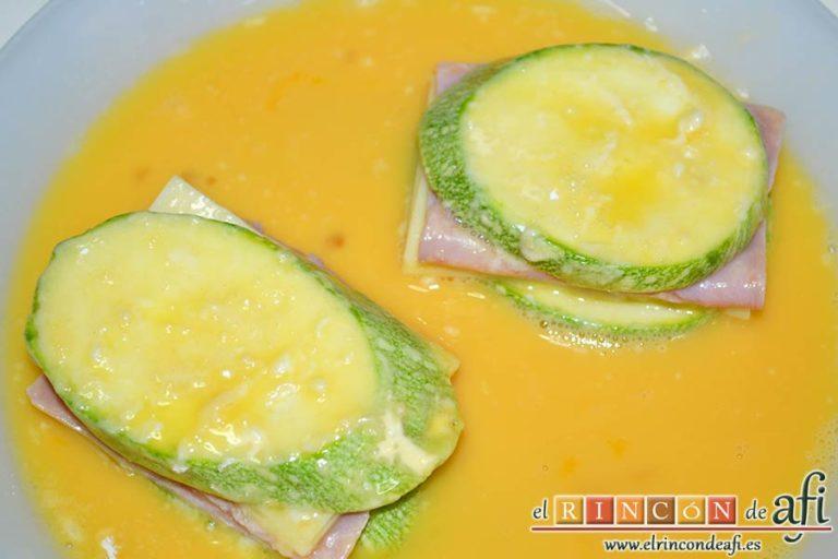 Bocados de calabacín, jamón y queso con salsa casera de pimiento, pasarlos luego por huevo batido