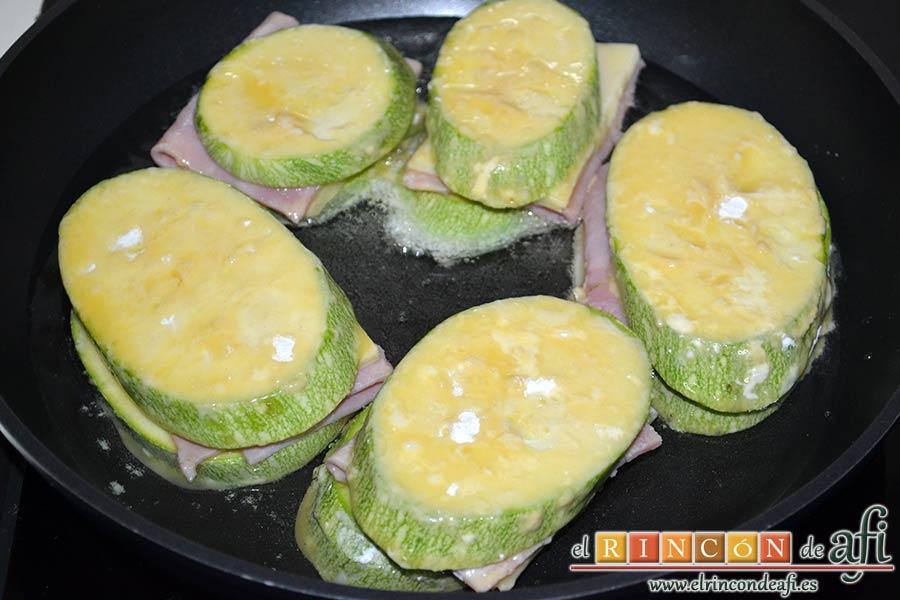 Bocados de calabacín, jamón y queso con salsa casera de pimiento, freír en aceite de oliva