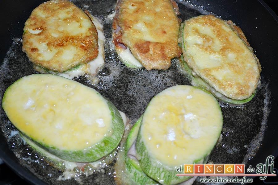 Bocados de calabacín, jamón y queso con salsa casera de pimiento, dorar 3 minutos por cada lado