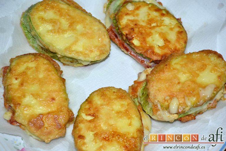 Bocados de calabacín, jamón y queso con salsa casera de pimiento, ponerlas sobre papel de cocina