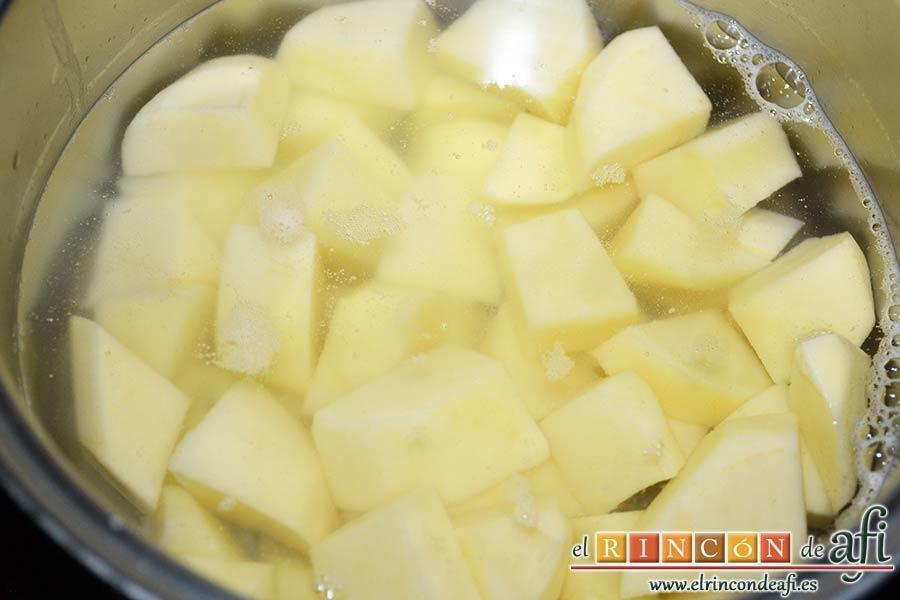 Bolitas de papas y queso parmesano, trocearlas y ponerlas a sancochar en un caldero con agua y sal gorda