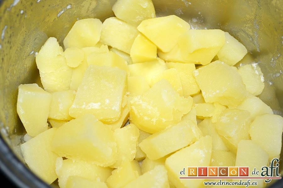 Bolitas de papas y queso parmesano, cuando estén hechas escurrirlas